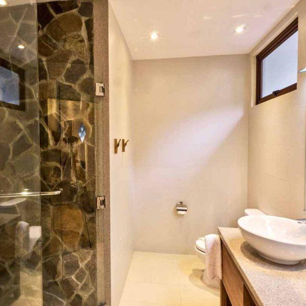 Atlantis Dumaguete Room 39 bathroom